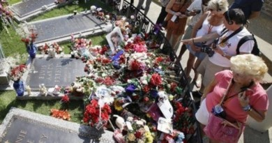 Elvis fans make pilgrimage to his gravesite at Graceland